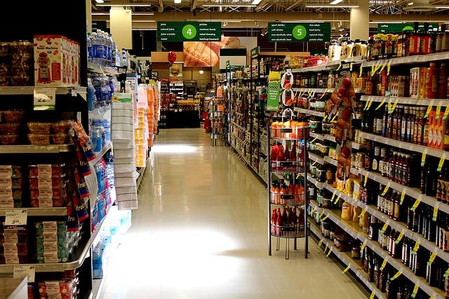 supermarket s potravinami