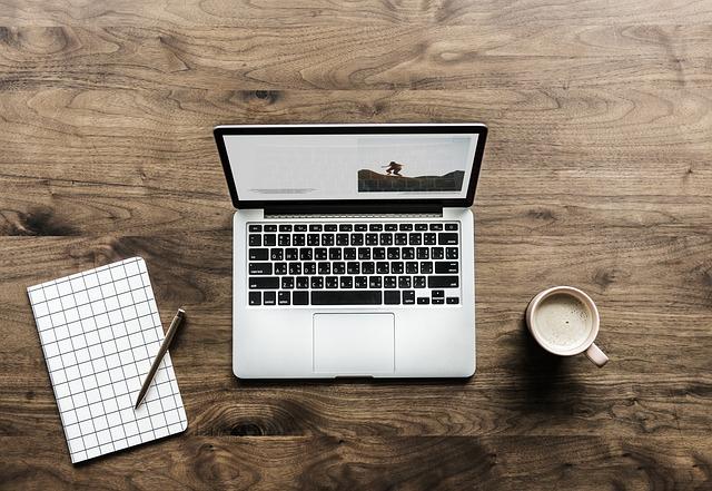 laptop dřevo