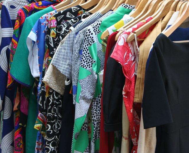 oděvy na ramínkách
