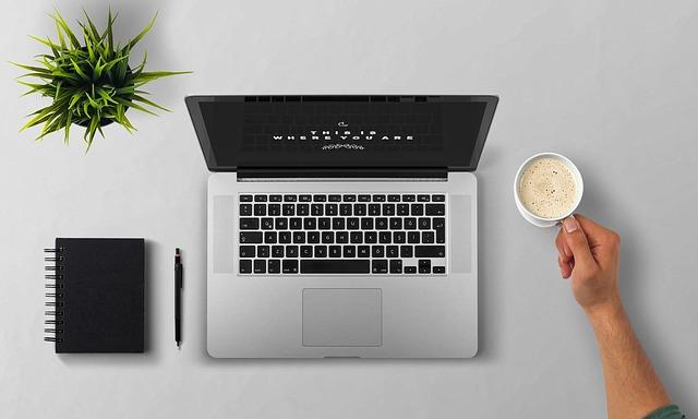 laptop, káva, diář a květina
