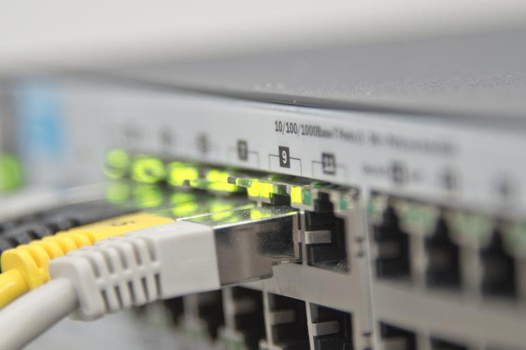 kabely vedoucí do routeru