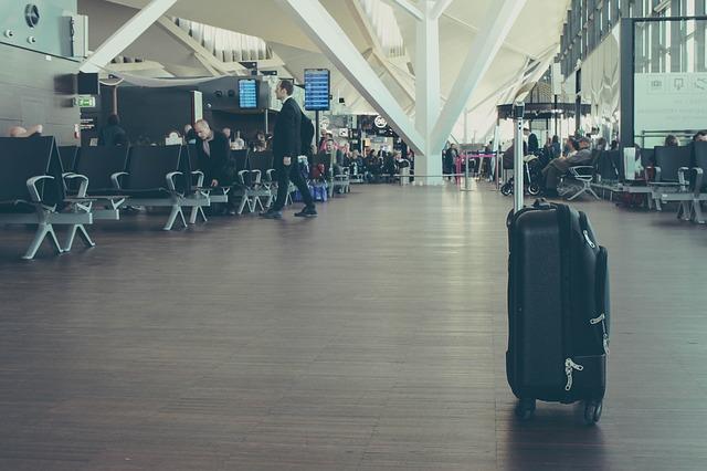Kufr v hale na letišti