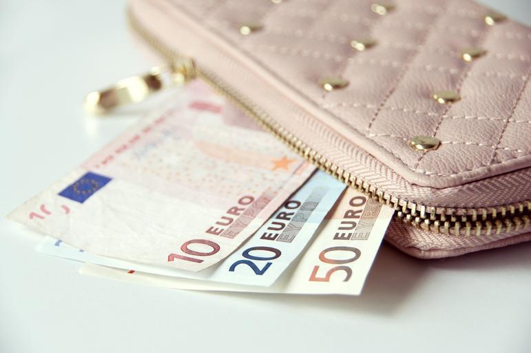 bílá peněženka s bankovkami