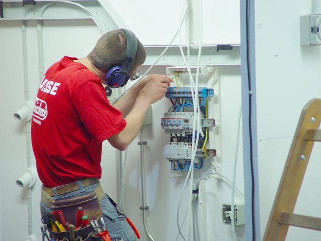 elektrikář při práci